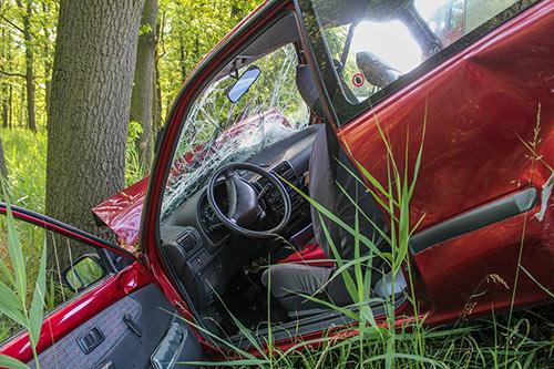 Unfallauto gegen einen Baum